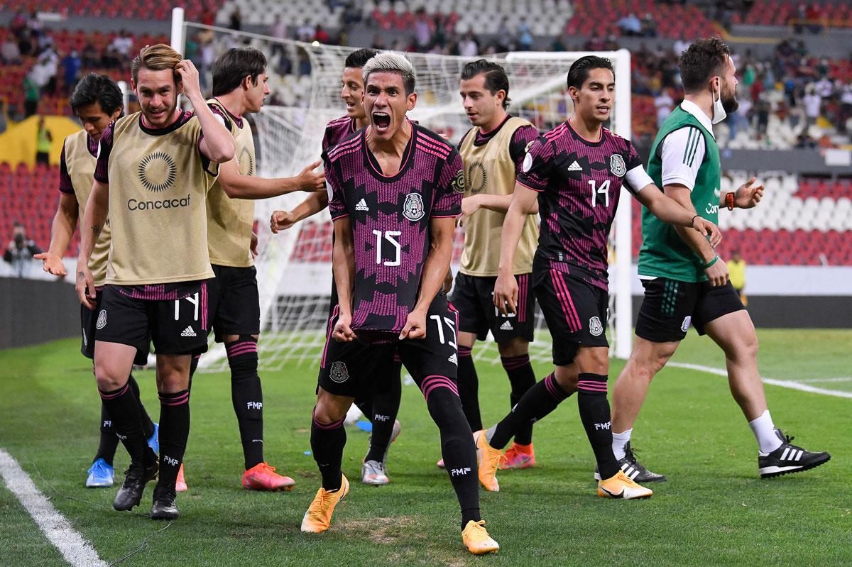 Uriel Antuna festeja con sus compañeros un gol de la selección
