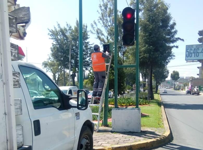 El Ayuntamiento de Toluca ha habilitado una línea telefónica para que los ciudadanos puedan reportar semáforos descompuestos, dañados o en mal funcionamiento