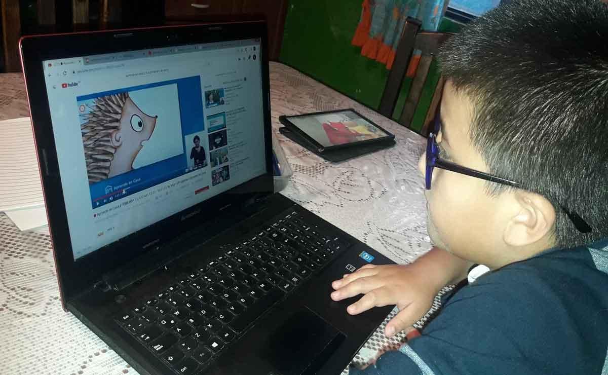 SEP niño tomando clases online.