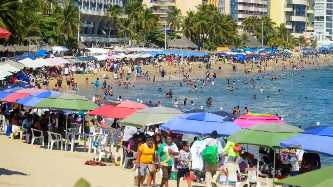 Pese al covid-19, cientos de turistas llegan a playas de acapulco para pasar las vacaciones de Semana Santa