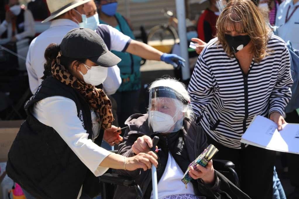 Los adultos mayores del municipio de Toluca han valorado la buena atención y trato recibido durante la jornada de vacunación contra el COVID-19