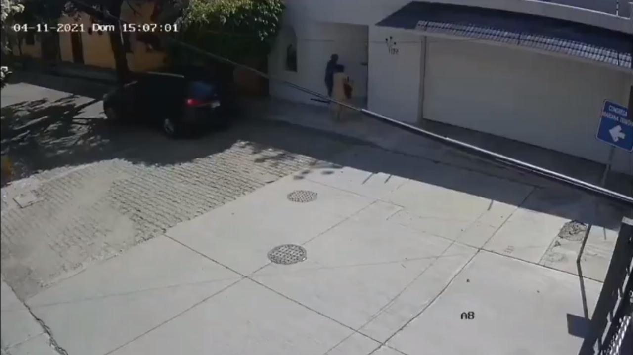 Al entrar a su casa dos ladrones salen