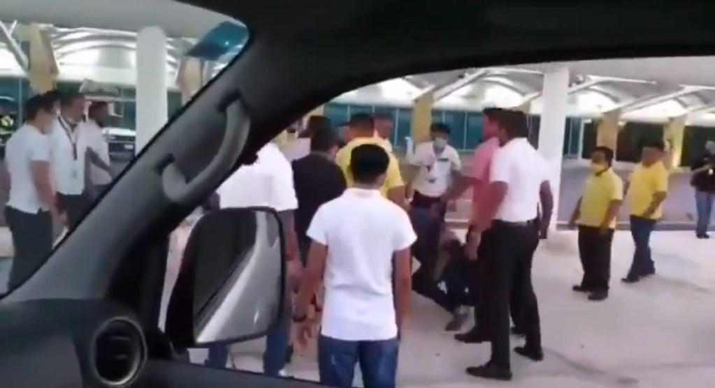 Aeropuerto Cancún protagonizó un duro enfrentamiento entre Taxistas a golpes en la terminal 3 del aeropuerto del caribe mexicano - VIDEO