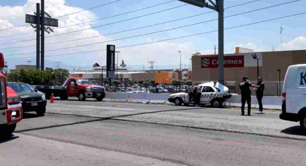 Se registró choque de un taxi contra el muro de contención en lerma a la altura de las plazas outlet