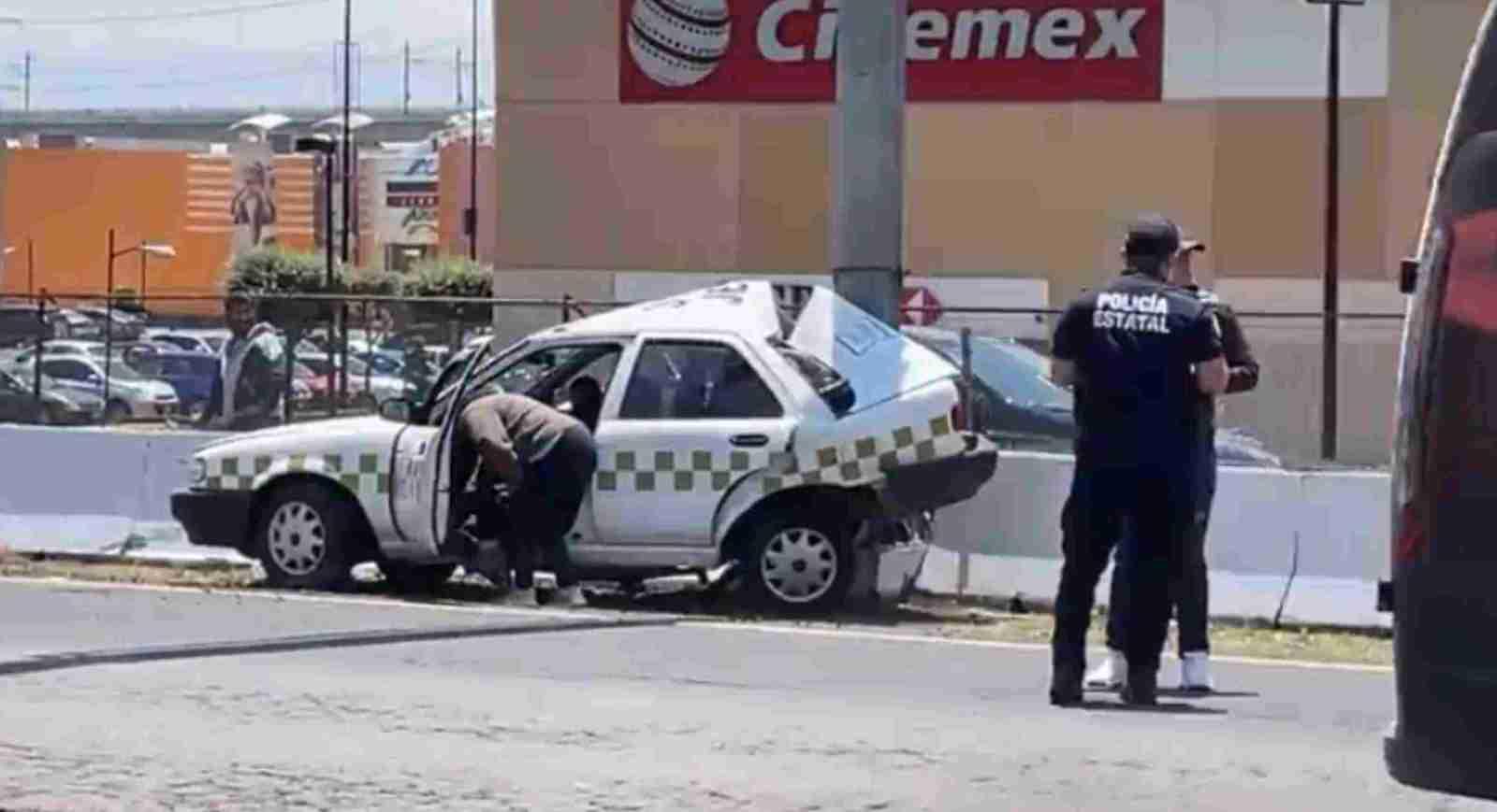 Se registra choque de un taxi contra el muro de contención en lerma a la altura de las plazas outlet