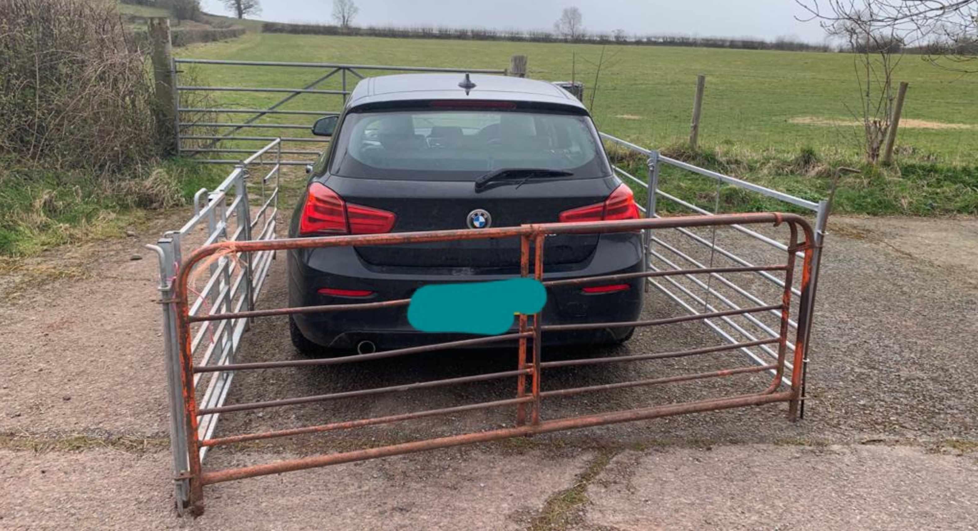 Encierra automovil por estacionarse enfrente de su granja