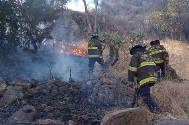 incendio es combatido en el cerro de la teresona