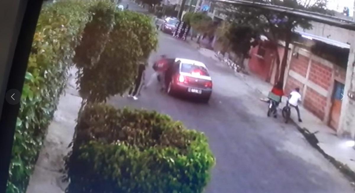 Jóvenes son víctimas de un asalto a mano armada en el EDOMEX, aseguran los vecinos de valle de chalco, lugar donde acontecieron los hechos de acuerdo al video compartido en redes sociales