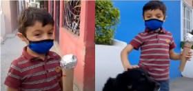 niño juega a ser reporteros y sale a entrevistar a perritos callejeros