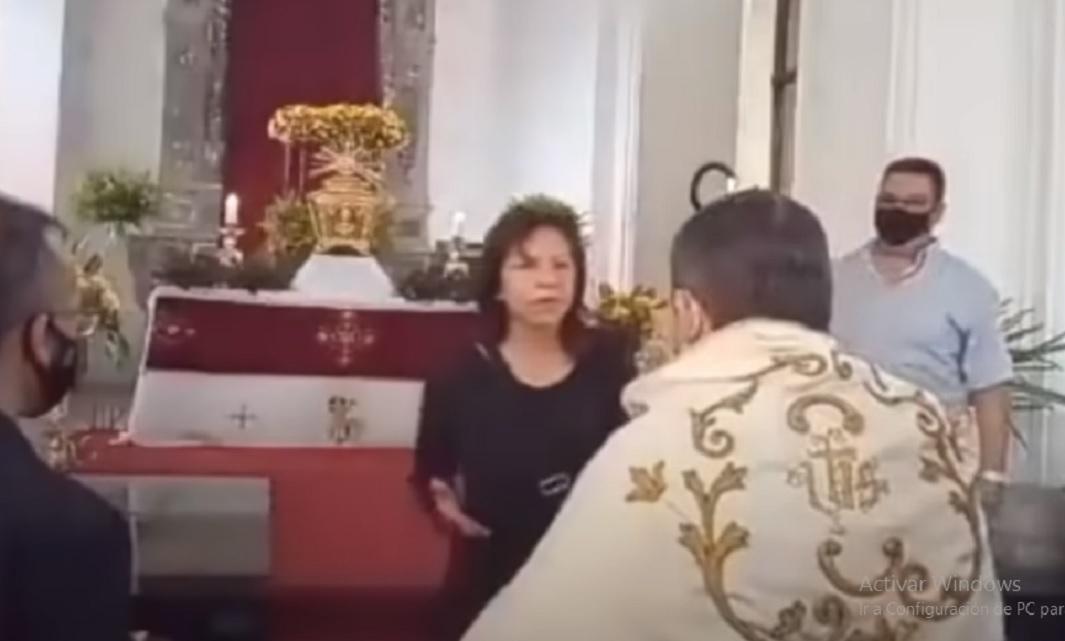 Sacerdote es cacheteado por una mujer durante una misa