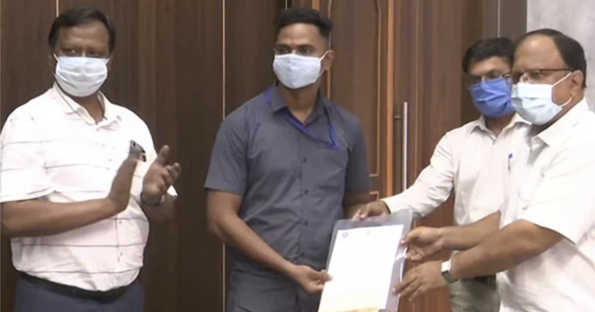 Salva a niño tras caer accidentalmente en las vias del tren en india
