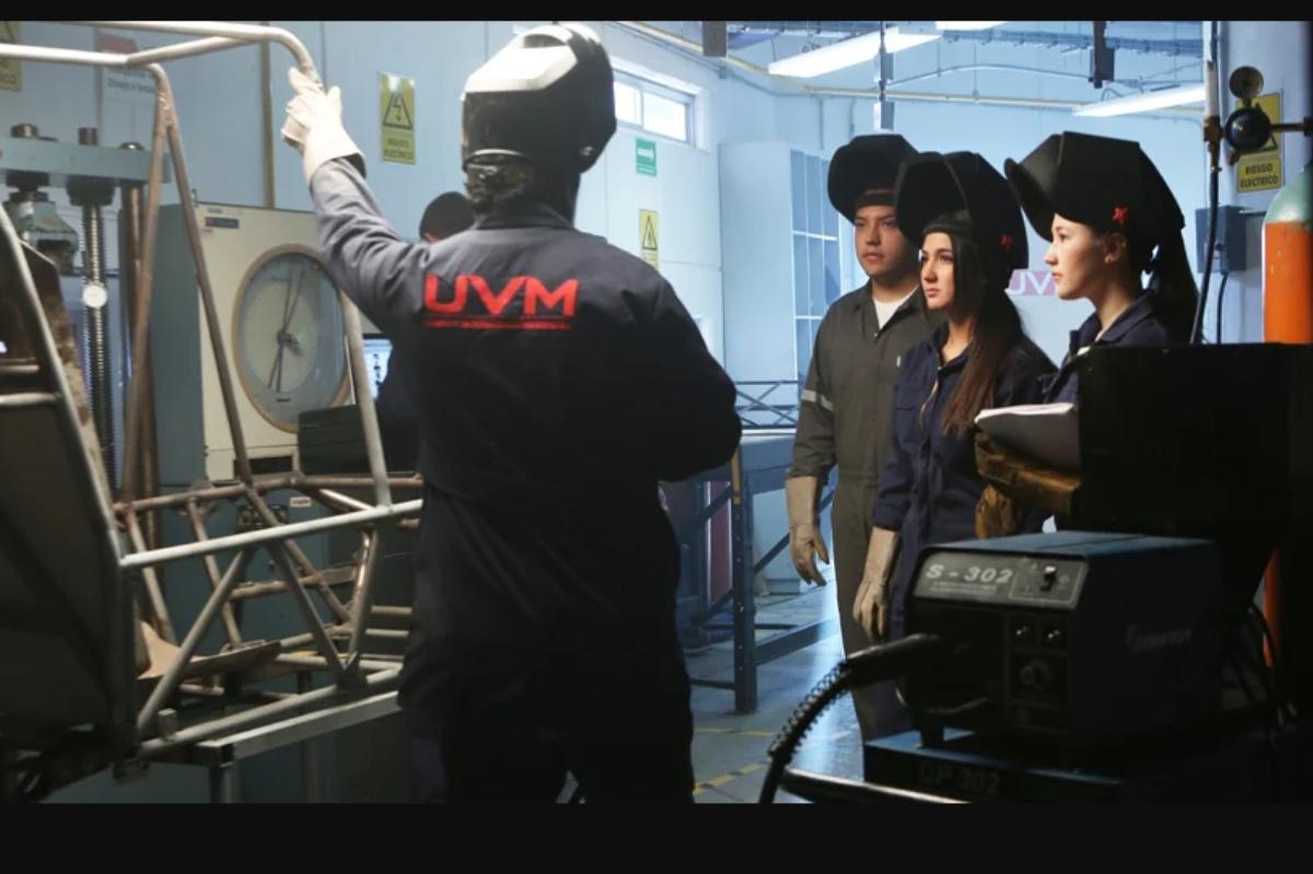 Alumnos recibiendo clases en un campus de UVM