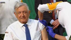 Presidente de México Andrés Manuel López Obrador AMLO recibió finalmente la primera dosis de la vacuna contra el covid-19 durante la mañanera de este martes en Palacio Nacional