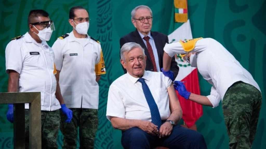 La teniente enfermera Melina Vega fue la encargada de aplicarle la vacuna al presidente AMLO frente a las cámaras de televisión.