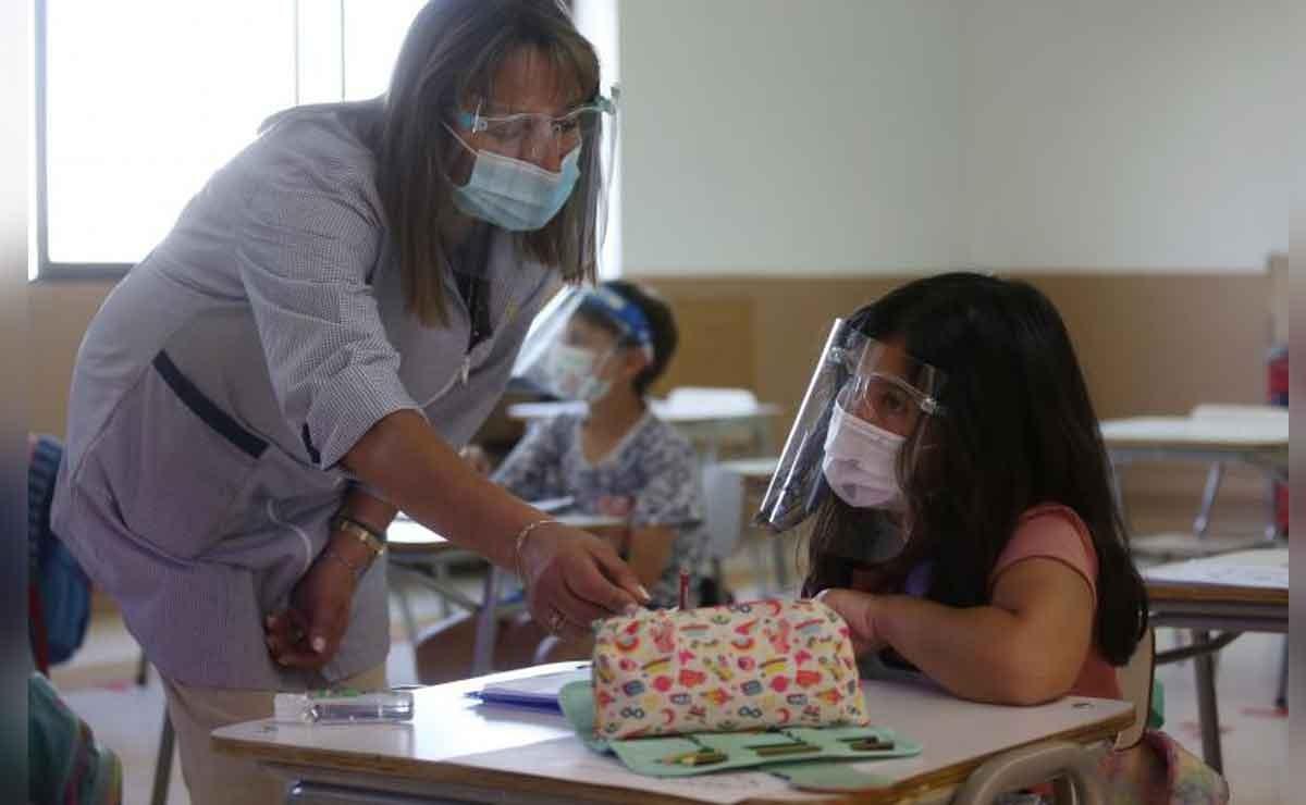 Anuncian calendario de vacunación a maestros contra el COVID-19
