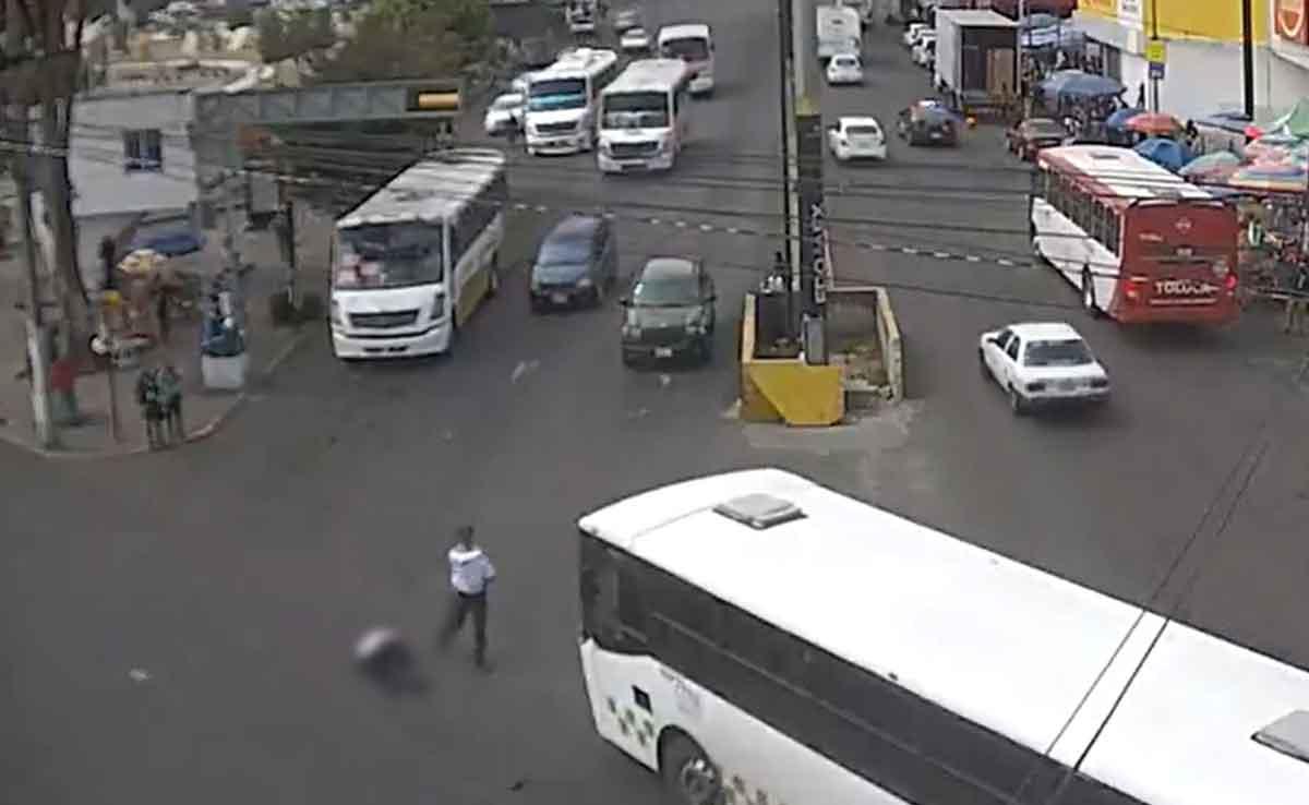 camión atropella a policía en Toluca.