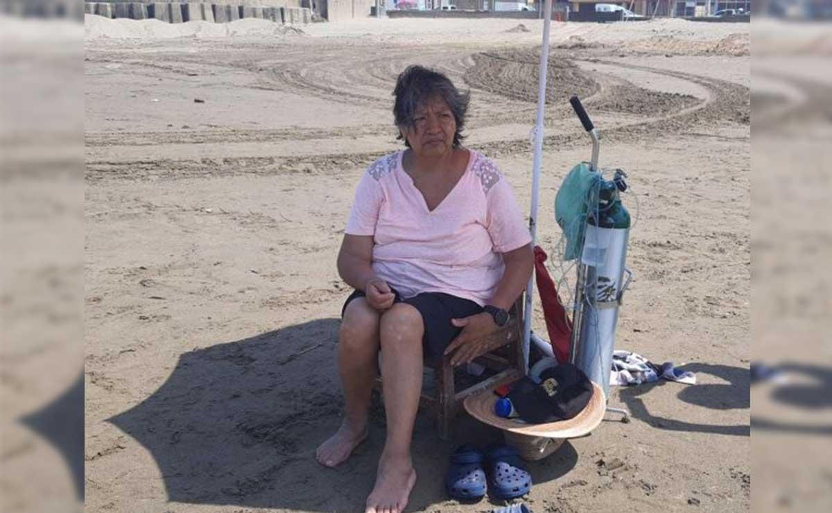 Una señora con tanque de oxígeno en la playa de Coatzacoalcos se hizo viral en redes sociales