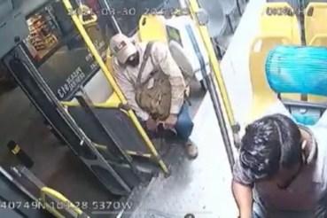 Chofer harto de la delincuencia decide aventar a delincuente