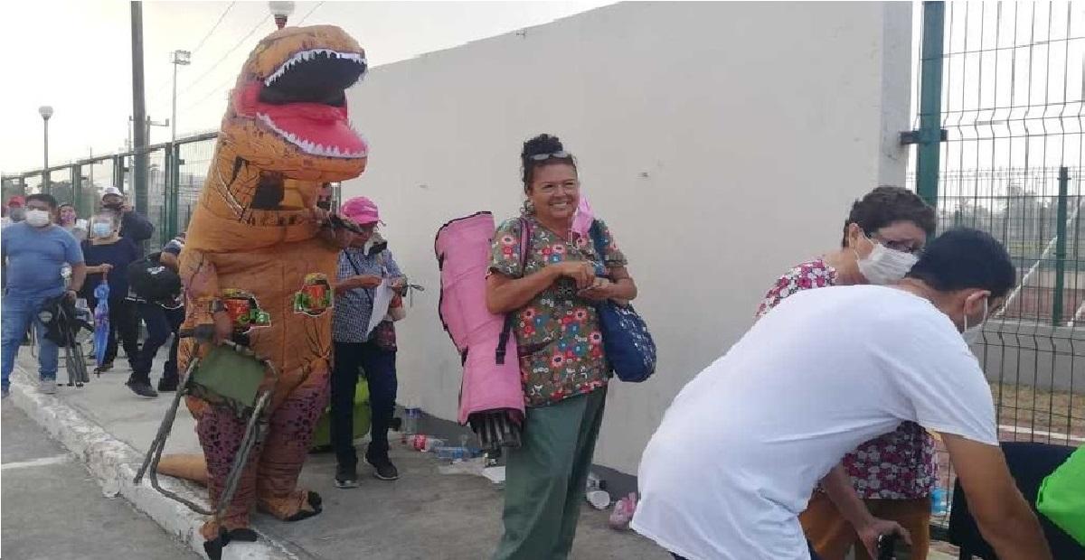joven se disfraza de dinosaurio para sorprender y alegrar a adultos en Tamaulipas