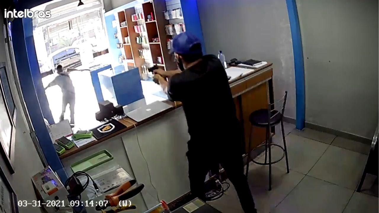 El Dueño de la tienda de celulares también contaba con una pistola, por lo que no dudó en dispararle al delincuente por la espalda.
