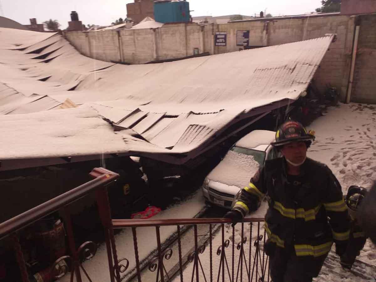 Por fuerte granizada, se derrumba techo y anuncio en Toluca