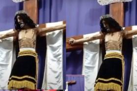 En plena celebración del párroco Jesús mueve la cabeza
