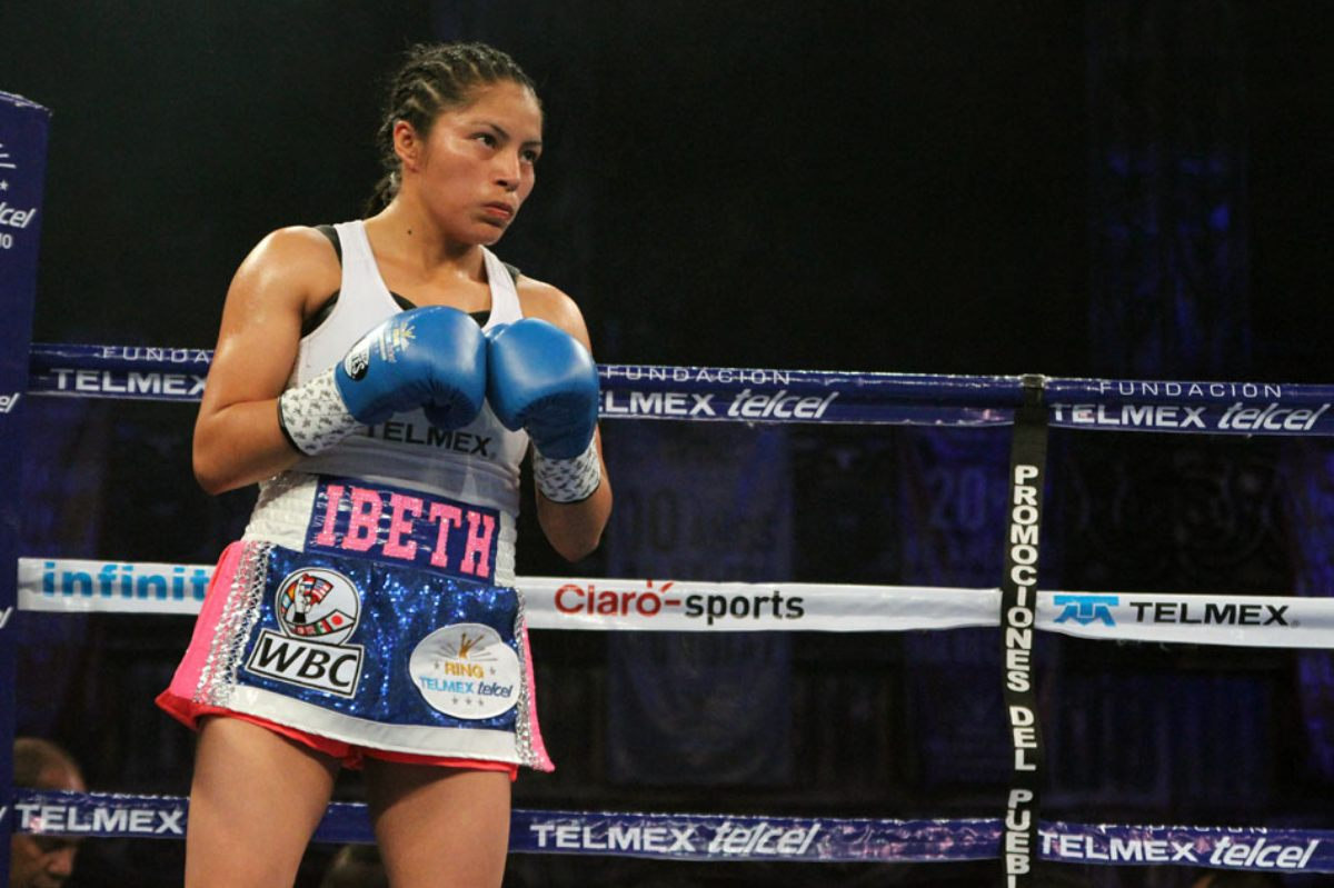 La boxeadora en un combate por el titulo minimosca