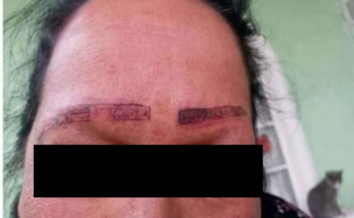 mujer se queda sin cejas por un mal trabajo.