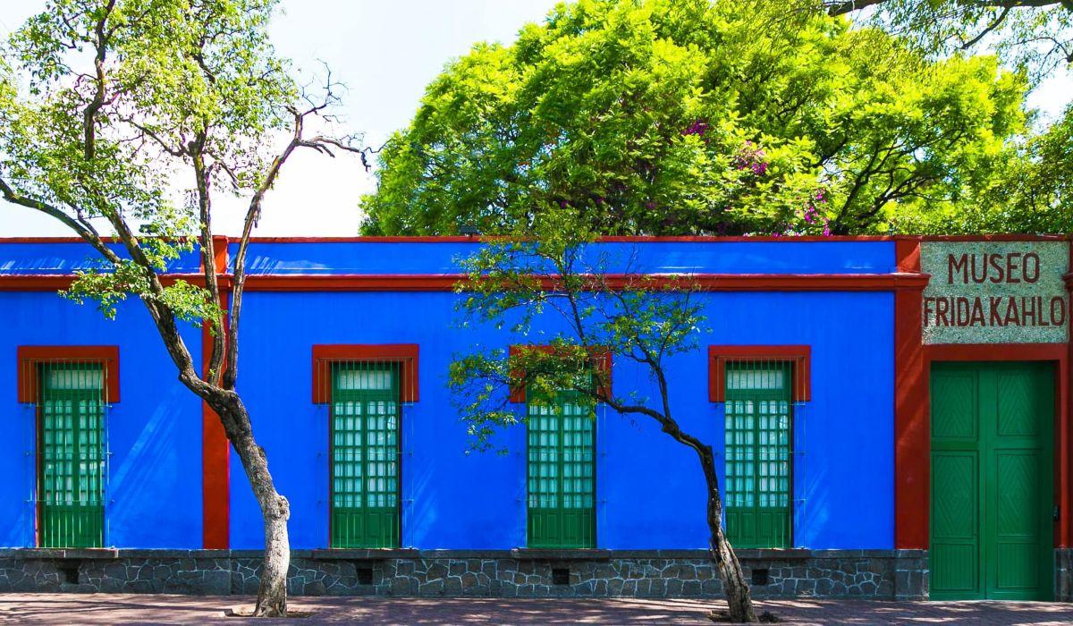 La fachada de este lugar es muy atractivas, el lugar también es conocido como casa azul