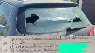 un niño de sevilla se hizo viral por romper el vidrio de un coche y lejos de irse dejó una nota al dueño disculpandose y con el teléfono de sus padres