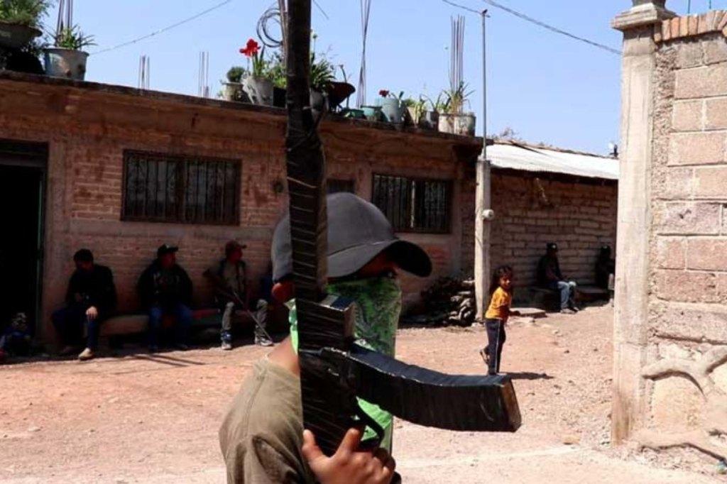 Enseñan a usar armas a los niños para defender a su comunidad
