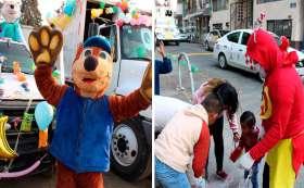 Recolectores se disfrazan de personajes infantiles para alegrar a los niños en su día.