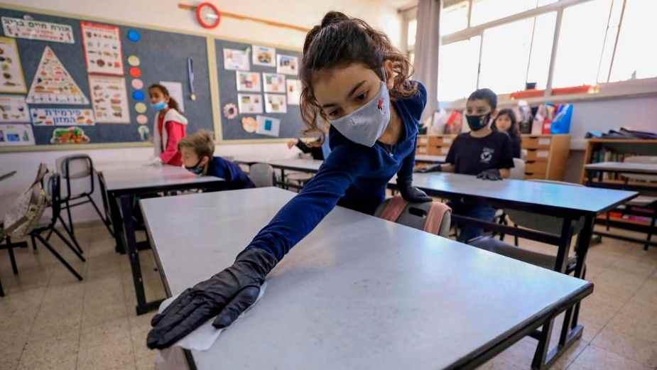 el gobernador del Estado de México, Alfredo del Mazo, menciona que a partir de la aplicación de vacunas se podrá establecer un regreso seguro a clases presenciales.