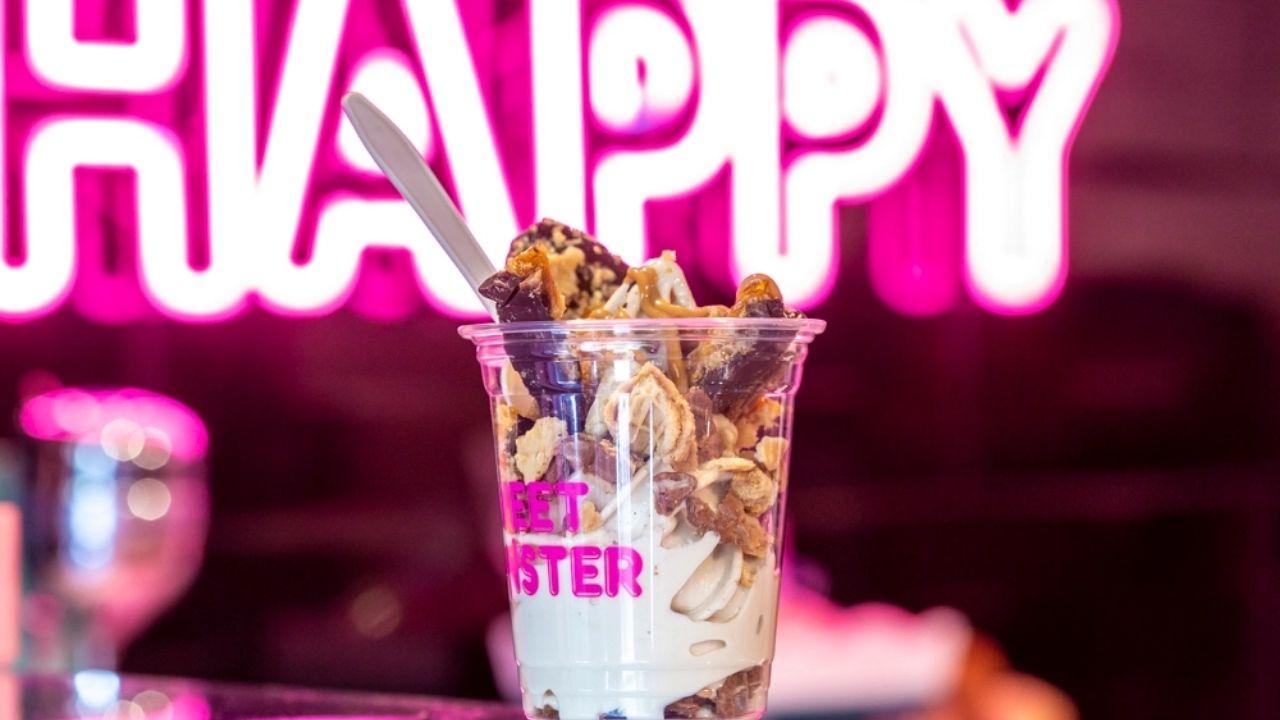 heladería Sweet Monster Mx acaba de lanzar un helado de cerveza porter con un toque de chocolate y una palanqueta de chicharrón y caramelo
