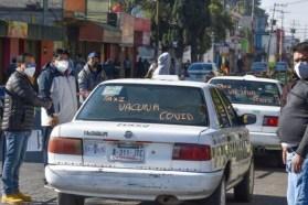 Varios taxistas rotularon su vehiculo para llevar adultos mayores en san Mateo Atenco
