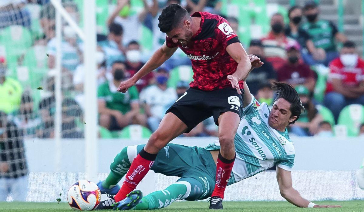 Balon en disputa en el partido en contra de Santos laguna