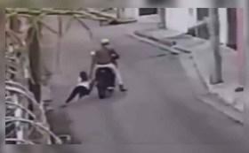 Sujeto en moto arrastra a mujer por el pavimento para robarle su bolsa en calles de Campeche