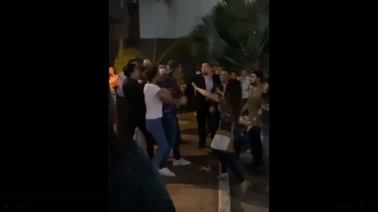 Mujer es agredida por un hombre en un bar en Chiapas (VIDEO)