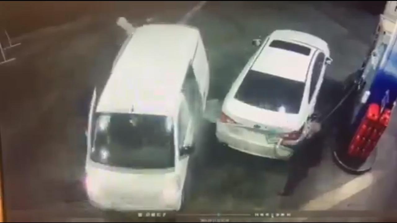 Bañados en gasolina, así quedaron unos asaltantes por su víctima (VIDEO)