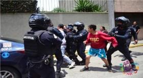 Policías se confrontaron con familiares de dos detenidos que interaron liberar para no ser presentados ante el Ministerio Público. El incidente se registró en la calle de Matamoros casi esquina con Francisco Murguia