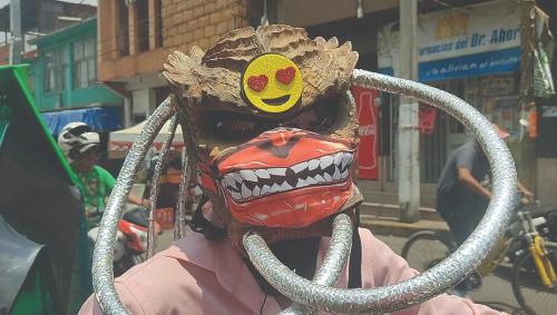 """Don José o mejor dicho """"El Depredador de Chimalhuacán"""" modificó su casco para tener una protección mayor"""