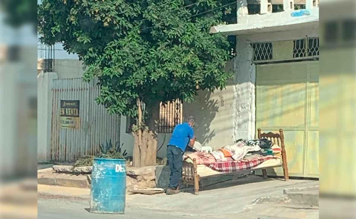 Abuelito fue echado a la calle con todo y cama.