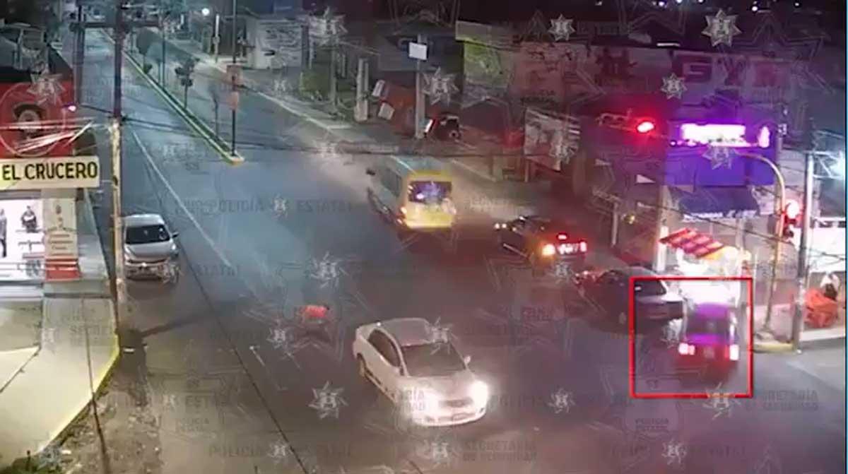 Un auto por ir a una alta velocidad impacto a un puesto de hamburguesas, no hubo lesionados