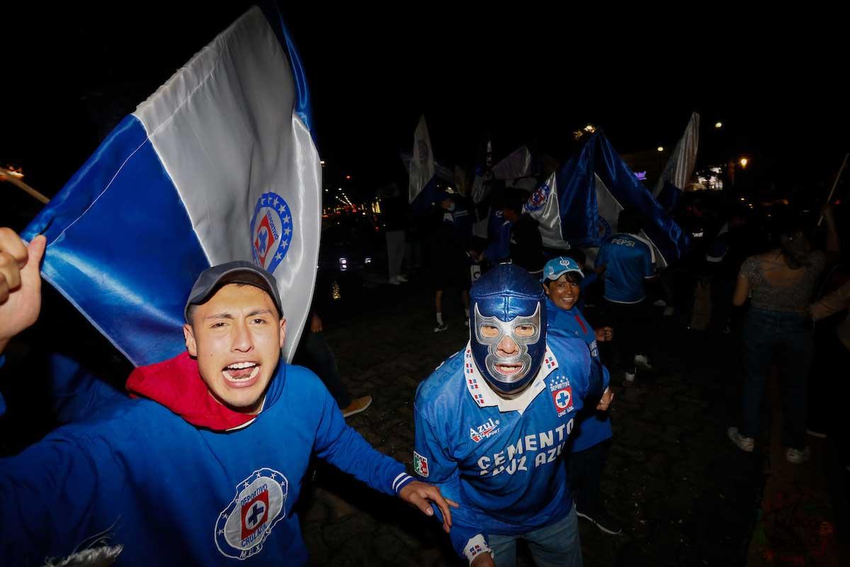 con banderas y mascaras festejaron los aficionados de la maquina la novena estrella