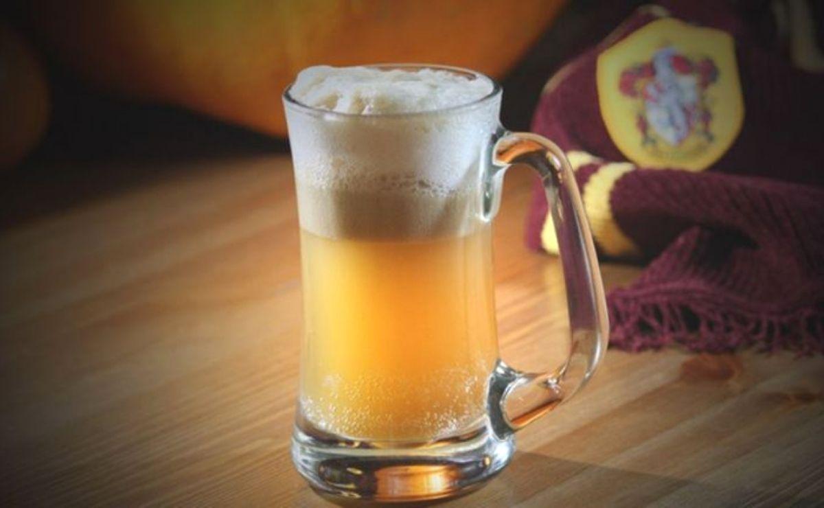 Y una de las bebidas que vemos en las películas es la cerveza de mantequilla, un producto que podemos ver en el bar de Las Tres Escobas y en El Caldero Chorreante.