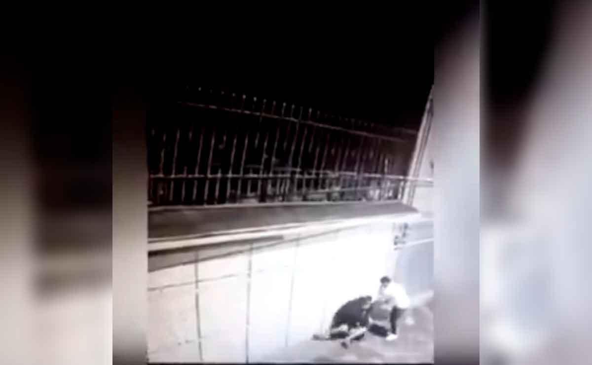 Cámaras de seguridad captan a un sujeto golpeando a una mujer en calles de Toluca