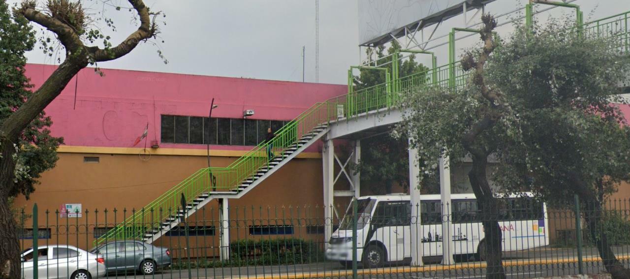 Denuncian sujeto tomar fotos y grabar a mujeres en Toluca.