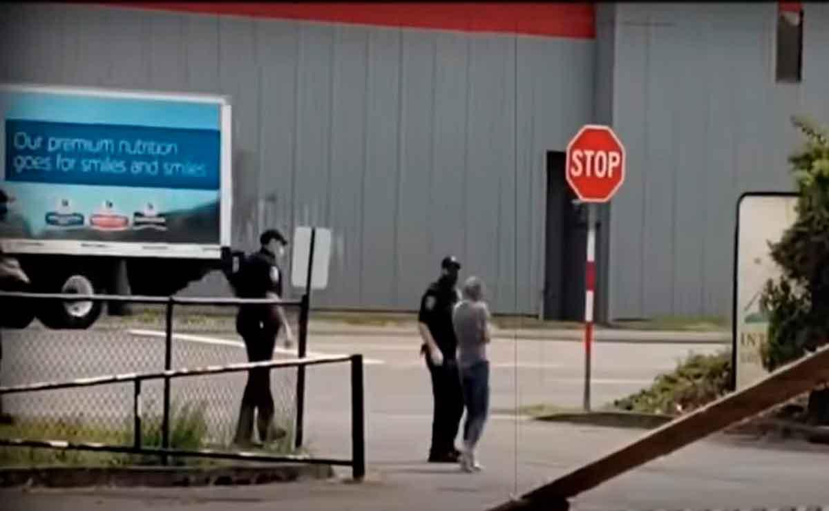 Mujer zombie de Seattle con policías.