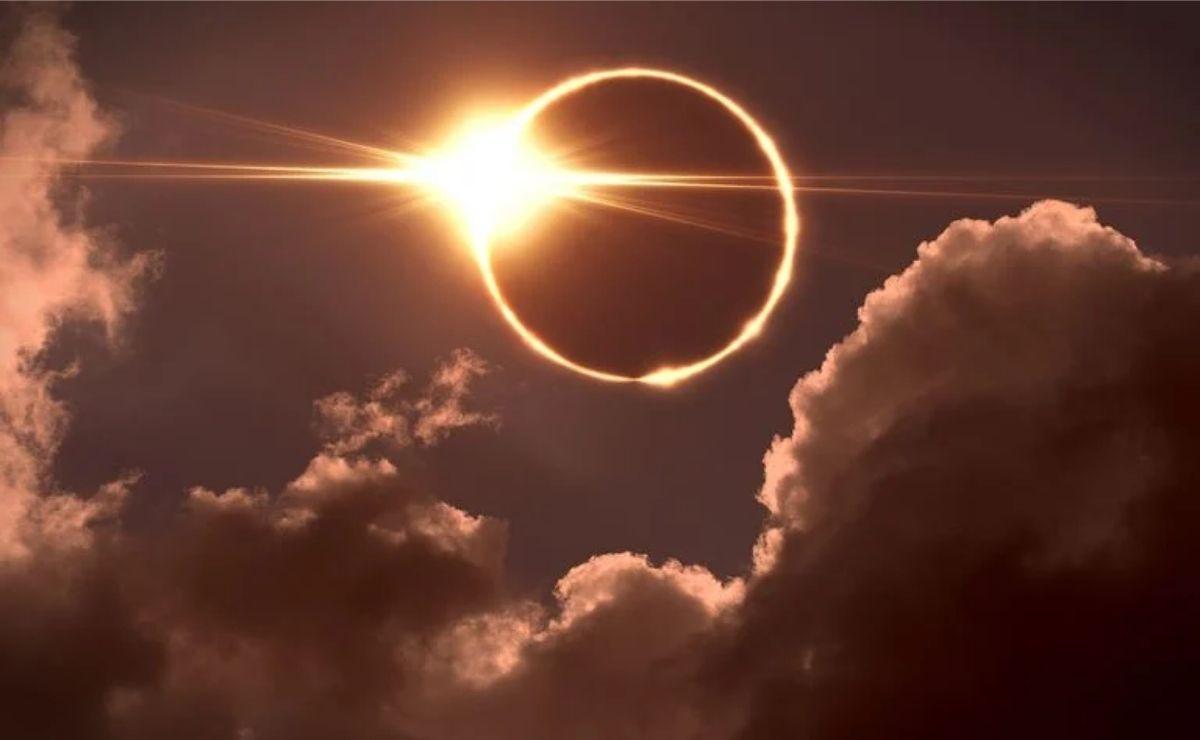 Este eclipse de Sol anular  tiene lugar cuando la Luna pasa entre la Tierra y el Sol, provocando que se vea un anillo de luz en el cielo.
