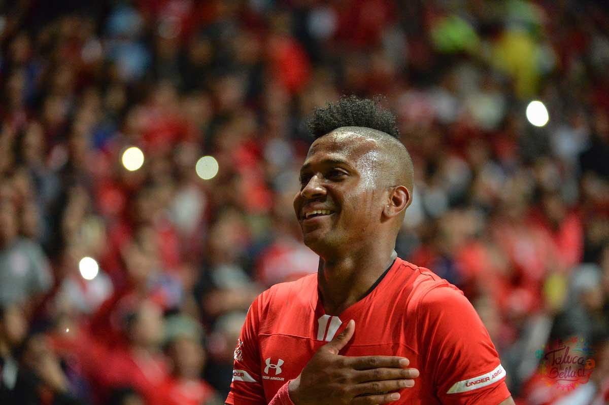 Michael Estrada festejando un gol con la playera escarlata